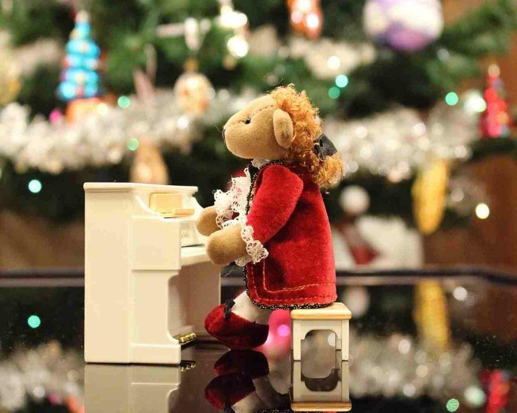 Maskotka grająca na fortepianie