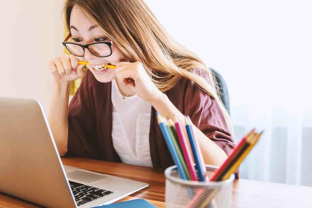 Zdenerwowana dziewczyna przed laptopem