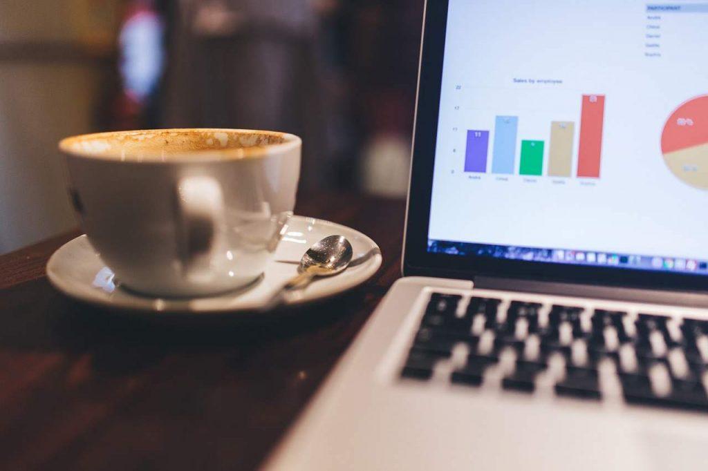 Kawa obok laptopa
