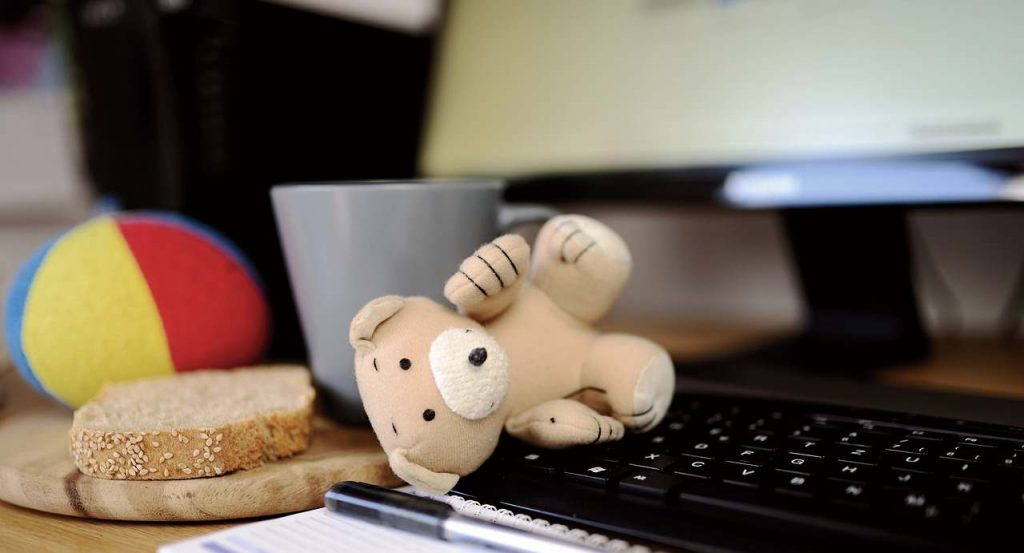 Zabawki i chleb na klawiaturze komputera