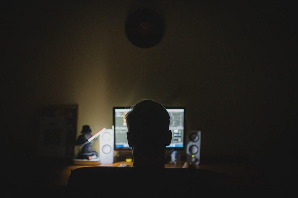 Chłopak przed monitorem